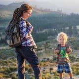 Mutter mit Sohnbesuch Yosemite Nationalpark in Kalifornien lizenzfreie stockbilder