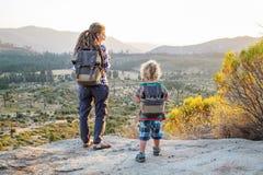 Mutter mit Sohnbesuch Yosemite Nationalpark in Kalifornien stockfoto