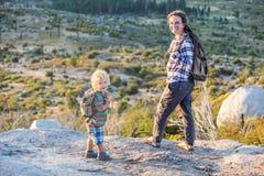 Mutter mit Sohnbesuch Yosemite Nationalpark in Kalifornien stockbild