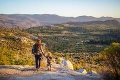 Mutter mit Sohnbesuch Yosemite Nationalpark in Kalifornien lizenzfreies stockfoto