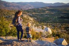 Mutter mit Sohnbesuch Yosemite Nationalpark in Kalifornien lizenzfreie stockfotos