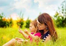 Mutter mit Tochter auf der Natur Stockfoto