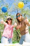 Mutter mit Tochter auf Geburtstagsgartenfest während des Sommers stockfotografie