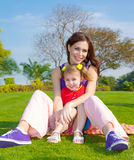 Mutter mit Tochter draußen Stockbilder