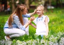 Mutter mit Tochter im grünen blühenden Sommerpark auf Wiese Blumen sammeln lizenzfreie stockfotos