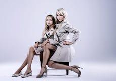 Mutter mit Tochter im Studio Lizenzfreies Stockfoto