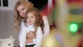 Mutter mit Tochter und Hund nahe einem Weihnachtsbaum stock video footage