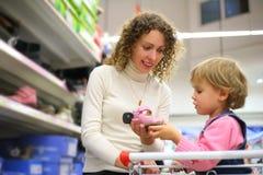 Mutter mit Tochter wählen Fußbekleidung Stockfotografie