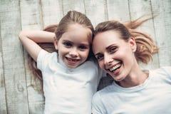 Mutter mit Tochter zu Hause lizenzfreie stockbilder