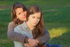 Mutter mit trauriger Tochter Stockfoto