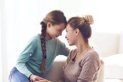 Mutter mit vor jugendlich Tochter Lizenzfreie Stockbilder