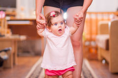 Mutter mit Weg des kleinen Mädchens im Raum Stockfotografie
