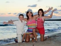 Mutter mit zwei Kindern Stockbilder