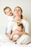 Mutter mit zwei Kindern Lizenzfreies Stockbild