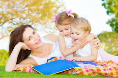 Mutter mit zwei Kindern draußen lizenzfreie stockfotografie