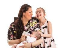 Mutter mit zwei Töchtern stockfotos