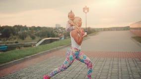 Mutter nimmt an Sporthocken mit dem Kind teil stock video