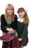 Mutter packt herauf Rucksack mit Tochter. Stockbilder