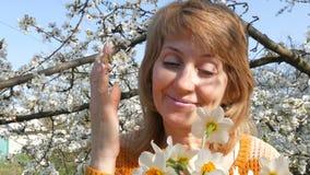 Mutter`s Tag Porträt einer schönen blauäugigen Mittelalterfrau, die die Kamera, lächelnd glücklich betrachten, atmet stock footage