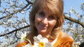 Mutter`s Tag Porträt einer schönen blauäugigen Mittelalterfrau, die die Kamera, lächelnd glücklich betrachten, atmet stock video
