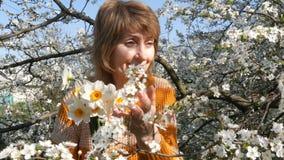 Mutter`s Tag Porträt einer schönen blauäugigen Mittelalterfrau, die die Kamera, lächelnd glücklich betrachten, atmet stock video footage