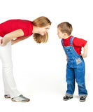 Mutter schelten ihren Sohn Stockfoto