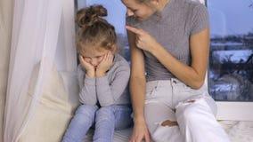 Mutter schilt ihre junge Tochter stock video