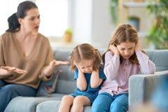 Mutter schilt ihre Kinder stockbild