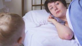 Mutter schilt ihren ein jährigen Sohn im Raum Konflikt von Eltern und von Kindern stock footage