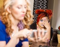 Mutter schnüffelt am Tochter-Telefon herum lizenzfreies stockfoto