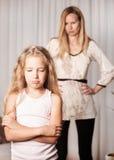 Mutter schwört durch Tochter stockbild
