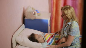 Mutter setzt Tochter, um zu Bett zu gehen Mond und gelbe Sterne stock footage