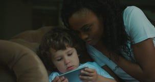 Mutter-Sohn-Familien-Handy, der oben Verhältnis-Abschluss der Zeit-Ausgaben-Ausgangskommunikationstechnologie-4k spielt stock footage