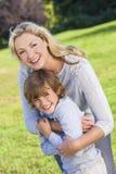 Mutter-Sohn-Frauen-Jungen-Kind, das draußen im Sonnenschein lacht Lizenzfreie Stockfotografie