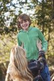 Mutter-Sohn-Frauen-Jungen-Kind, das draußen im Sonnenschein lacht Lizenzfreies Stockfoto