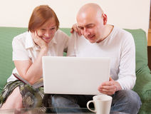 Mutter, Sohn und Laptop Lizenzfreie Stockfotos