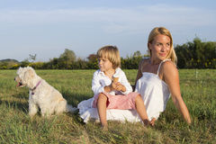 Mutter, Sohn und netter Hund draußen Lizenzfreies Stockfoto