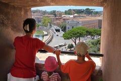 Mutter, Sohn und Tochter, die durch Fenster schauen lizenzfreies stockbild