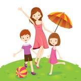 Mutter, Sohn und Tochter, die im Park genießen Stockfoto