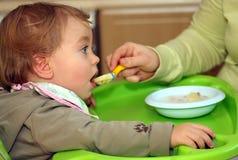 Mutter speist ihr Schätzchen Lizenzfreie Stockfotografie
