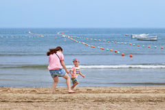 Mutter spielt mit ihrem Kind auf dem Strand, Yantai, China Stockfotografie