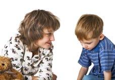 Mutter spricht mit schuldigem Kind Stockfoto