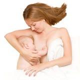 Mutter stillt ein neugeborenes Schätzchen Lizenzfreies Stockbild