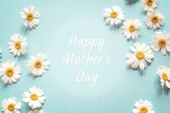 Mutter-Tagesgrußmitteilung mit Kamillenrahmen Flache Schicht, lizenzfreie stockfotos