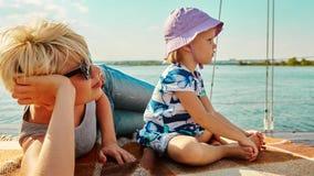 Mutter, Tochter auf Yacht Konzept der Familie Stockfotografie