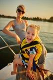 Mutter, Tochter auf Yacht Konzept der Familie Lizenzfreie Stockbilder