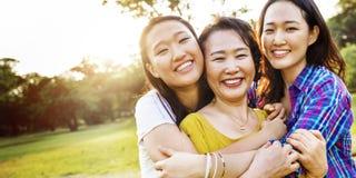 Mutter-Tochter-Glück-lächelndes Umarmungs-Konzept Stockfotografie