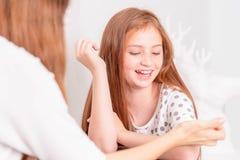 Mutter, Tochter glücklich und zusammen, zu spielen genießen Wenig netter Gi lizenzfreies stockbild