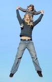 Mutter, Tochter, springend Lizenzfreie Stockfotografie