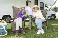 Mutter, Tochter und Enkelin außerhalb RV-Hauses Stockfoto